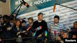 Pemimpin oposisi Rusia Alexei Navalny memberi keterangan kepada media seusai pemungutan suara pemilihan walikota Moskow (8/9).