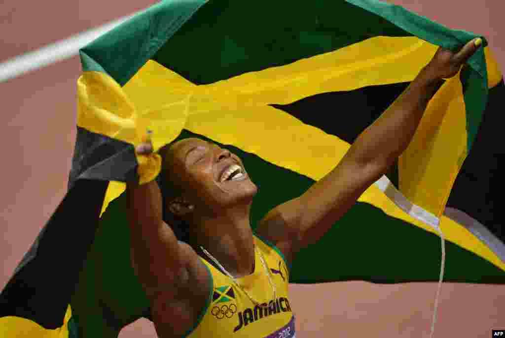 牙买加女飞人弗雷泽在女子百米决赛中摘金后庆祝自己的胜利