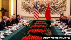 El secretario de Comercio de Estados Unidos, Wilbur Ross, y el viceprimer ministro chino, Liu He, asisten a una reunión en la casa de huéspedes de Diaoyutai en Beijing, China, 3 de junio de 2018. Andy Wong/Pool via REUTERS
