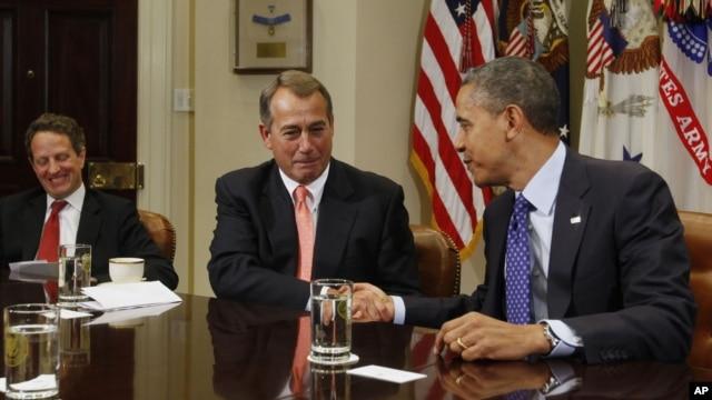 Tổng thống Barack Obama bắt tay Chủ tịch Hạ viện John Boehner (giữa) trong một buổi họp tại Tòa Bạch Ốc