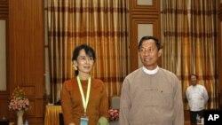 លោក ស្វេ ម៉ាន Shwe Mann ប្រធានសភាជាន់ទាប (ស្តាំ)