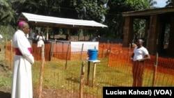 L'archevêque Ambongo de Mbandaka-Bikoro rend visite au Père Lucien d'Itipo, atteint du virus Ebola au centre d'isolement, à l'Equateur, RDC, 24 mai 2018. (VOA/Lucien Kahozi)