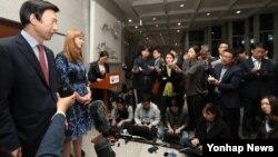 윤병세 한국 외교부 장관(왼쪽)과 사만다 파워 유엔주재 미국대사가 10일 서울 외교부 청사에서 회담에 이어 약식 기자회견을 하고 있다.
