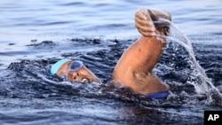 Perenang AS usia 63 tahun, Diana Nyad, melakukan upaya ketiga menyeberangi Selat Florida tanpa kerangkeng hiu.