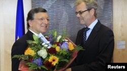 یورپی یونین کے صدر پھول وصول کرتے ہوئے