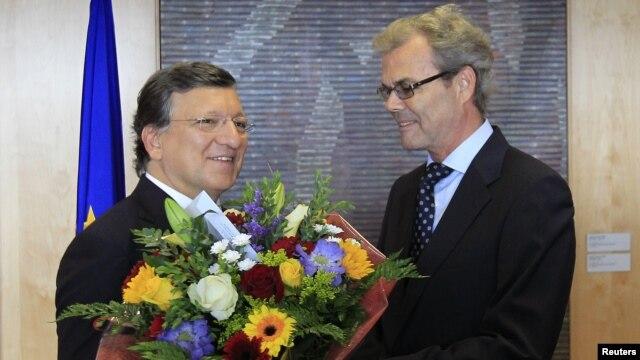 Prezidan Komisyon Ewopeyen an, Jose Manuel Barroso (agoch) ap resevwa yon bouke flè nan men Atle Leikvoll, anbasadè peyi Nòvèj nan Inyon Ewòp la, nan kaye jeneral Inyon an nan Brisèl (12 oktòb 2012.