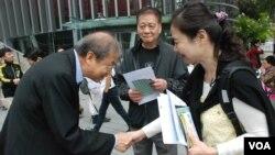 真普聯召集人鄭宇碩(左一)在中文大學會場外拉票,呼籲佔中商討日三參與者投票支持三軌方案