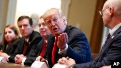 Дональд Трамп с представителями металлургической промышленности