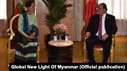 Cố vấn Nhà nước Myanmar Aung San Suu Kyi gặp Thủ tướng Việt Nam Nguyễn Xuân Phúc (ảnh tư liệu, tháng 7/2017)