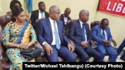 Martin Fayulu (2e na G) na molongani wa ye (1ère na G), Adolph Muzito (3e) na Valentin Mubake ya UDPS/Peuple, na 4e Convention ya Dynamique ya opposition, Kinshasa, 27 août 2019. (Twitter/Michael Tshibangu)