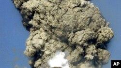 日本新燃岳火山2011年爆發時噴出濃煙