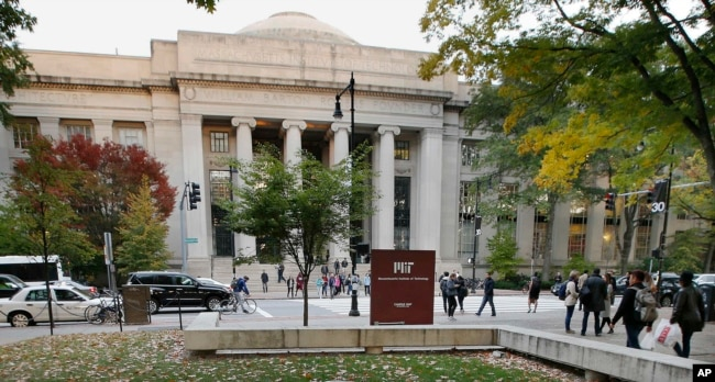 学生们走在美国麻萨诸塞州剑桥的麻省理工学院校园(2015年)。该大学和中国大学有学术交流。