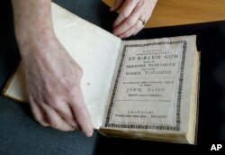 Ahli Arsip, Nora Murphy dari Massachusetts Institute of Technology, memperlihatkan edisi kedua Injil Indian Eliot yang diterjemahkan ke dalam bahasa Wampanoag pada 1685.