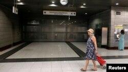 노조의 파업으로인해 교통등이 마비된 가운데, 기차역을 지나가는 그리스 시민.