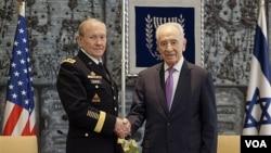 Presiden Israel Shimon Peres berjabat tangan dengan perwira tertinggi militer AS, Jenderal Martin Dempsey sebelum pembicaraan di Yerusalem (20/1).