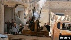 지난해 11월 시리아 북부 알레포에서 자유시리아군 대원들이 대공화기를 발사하고 있다. (자료사진)