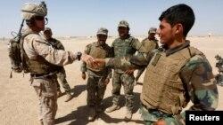 Американський морський піхотинець і афганські солдати