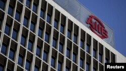 El logo del Banco Asiático de Inversión en Infraestructura es visto en la sede del organismo en Beijing.