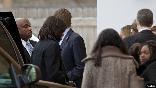 Ibu negara AS, Michelle Obama (dua dari kiri) menghadiri pemakaman Hadiya Pendleton, yang tertembak pada tanggal 29 Februari 2013 di Chicago, 9 Februari 2013. (REUTERS/John Gress)