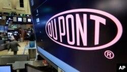 Tên công ty của DuPont xuất hiện trên sàn giao dịch chứng khoán New York, 9/12/2015.
