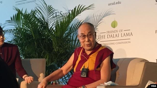 2017年6月17日,达赖喇嘛在加州大学圣迭戈分校毕业典礼讲话前与媒体见面。(美国之音李逸华拍摄)