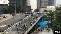 警方水炮車首次在政府總部外發射藍色水柱驅散示威者。(攝影: 美國之音湯惠芸)