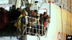 Migranti stižu u italijansku luku Palermo