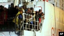 Các di dân được giải cứu chờ đợi trên 1 con tàu của Lực lượng Tuần duyên Ý ở bến cảng Palermo, Sicily, miền nam nước Ý, 14/4/2015.
