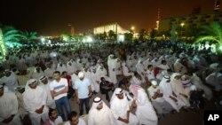 Warga Kuwait melakukan aksi unjuk rasa di Lapangan al-Irada, Kuwait City, untuk menuntut transparansi pemerintah (foto: dok). 13 aktivis Kuwait yang dipenjara melakukan aksi mogok makan untuk memrotes kebijakan pemerintah yang melarang demonstrasi.