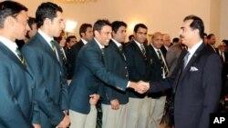 وزیراعظم گیلانی قومی ٹیم کے کھلاڑیوں سے مصافحہ کررہے ہیں۔