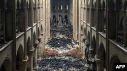 一场大火摧毁了巴黎圣母院。(2019年4月16日)