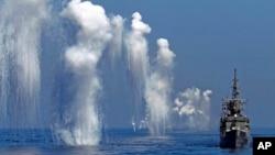 Tàu khu trục Perry của Hải quân Đài Loan bắn trong cuộc tập trận thường niên, ngoài khơi bờ biển phía đông của quận Hoa Liên, Đài Loan 17/9/14.