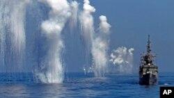 2014年9月17日台湾海军佩里级护卫舰年度汉光军事演习中发射对抗雷达的干扰箔