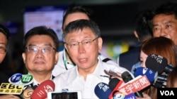 台北市长柯文哲在桃园机场接受媒体采访,他即将乘机前往上海,参加台北-上海双城论坛。(台北市政府提供,2019年7月3日)
