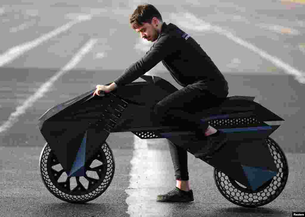 3D printeri ixtirochisi Marko Kristofori ana shunday printerdan chiqarilgan NERA elektrotsiklida. Berlin, Germaniya.