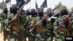 Kelompok militan Al-Shabab melakukan latihan militer di Somalia (foto: dok).