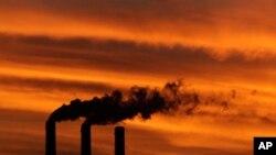 Las chimeneas del Centro de Energía Jeffrey, que funciona con carbón sub-bituminoso, en Emmett, Kansas.