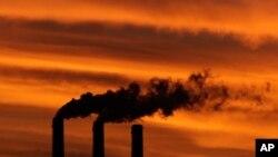 Дымовые трубы угольной электростанции Jeffrey Energy Center. США, город Эмметт, штат Канзас.