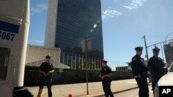 Barricadas de seguridad son colocadas en las afueras del edificio de Naciones Unidas en Nueva York, el domingo 23 de septiembre de 2012, a dos días de que comience la Asamblea General de la ONU.