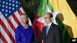 ລັດຖະມົນຕີການຕ່າງປະເທດ ສະຫະລັດ ອາເມຣິກາ ທ່ານນາງ Hillary Rodham Clinton (ຊ້າຍມື) ແລະປະທານາ ທິບໍດີມຽນມາ ທ່ານ Thein Sein ຈັບມືກັນກ່ອນ ເຂົ້າປະຊຸມທີ່ໂຮງແຮມ Le Meridien Hotel (13 ກໍລະກົດ 2012)