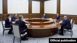 AQSh Davlat kotibi o'rinbosari Devid Heyl (chapdan birinchi) O'zbekiston Prezidenti Shavkat Mirziyoyev huzurida, Toshkent, 2019-yil, 22-avgust