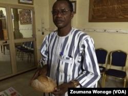 Le vulgarisateur du mung bean Larlé Naba posant avec le pain qui gagné la médaille de bronze, au Burkina Faso, le 11 mars 2017. (VOA/