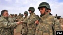 Presiden Turki Abdullah Gul menyalami para anggota pasukan Turki (foto: dok). Turki akan memberi kebebasan warganya bersikap anti-wajib militer.