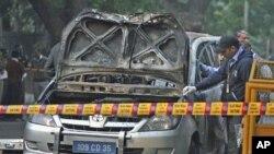 新德里警察2月13日在检查遭到炸弹袭击的以色列使馆车辆