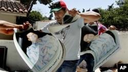 Διαδηλωτές καταλαμβάνουν την Λιβυκή Πρεσβεία στην Αθήνα