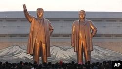 김일성-김정일 부자 동상에 꽃을 바치는 북한 주민들