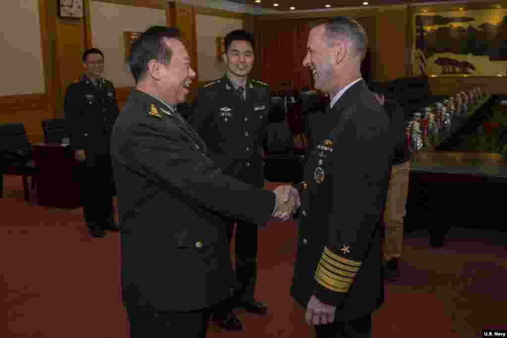"""美国海军作战部长理查森上将2019年1月15日与中国军委联合参谋部参谋长李作成在北京的国防部大楼握手(美国海军图片)。理查森上将在会谈结束后发表推文说:""""我们两国都受益于一个安全、有秩序以及国际法得到遵守的海洋。"""""""