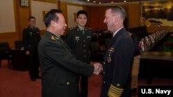 美国海军作战部长理查森上将2019年1月15日与中国军委联合参谋部参谋长李作成在八一大楼握手(美国海军图片)。