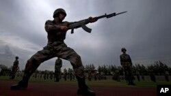 En cuanto a los países vecinos les concierne, la única nación con un poder militar capaz de asumir el desafío ruso es China.