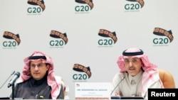 محمد الجدعان وزیر دارایی عربستان سعودی (سمت راست)